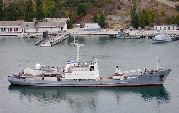 Військовий корабель РФ зіткнувся з торговим судном