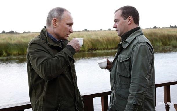 Медведєв побоюється за свою посаду - Bloomberg