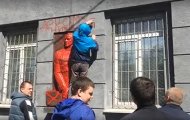 В Одесі осквернили барельєф маршала Жукова