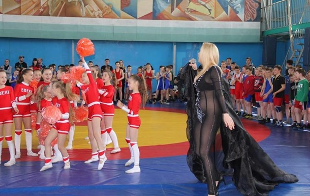 В Нежине певица выступила перед детьми без трусов