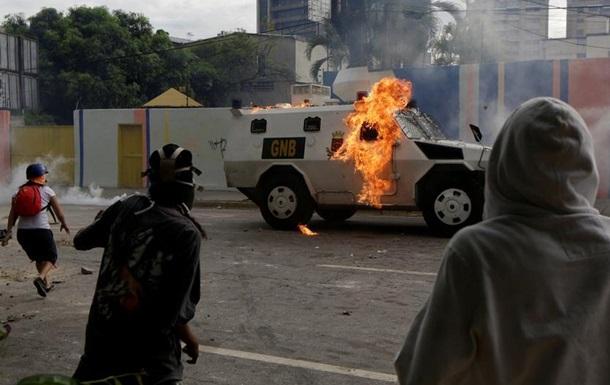 У натовп протестувальників у Каракасі в їхав бронетранспортер