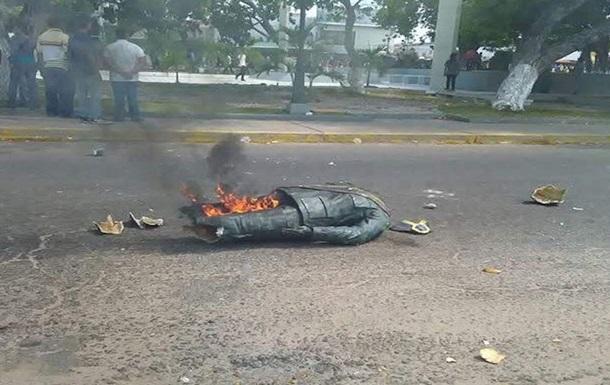 У Венесуелі зруйнували пам ятник Уго Чавесу