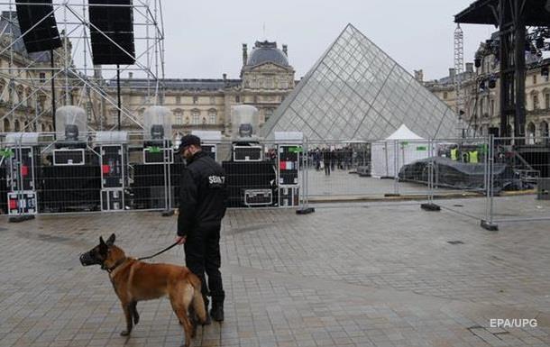 На площади перед Лувром эвакуировали людей