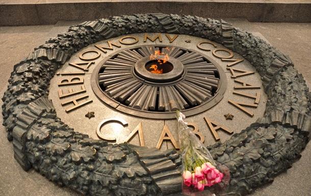 Дипломатам РФ не дали покласти квіти до обеліска в Києві