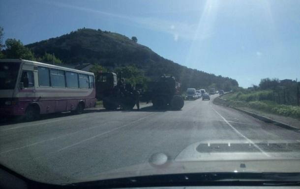 В Крыму тягач с танком врезался в автобус
