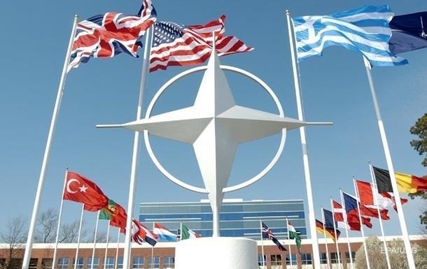 За вступ до НАТО виступає майже половина українців