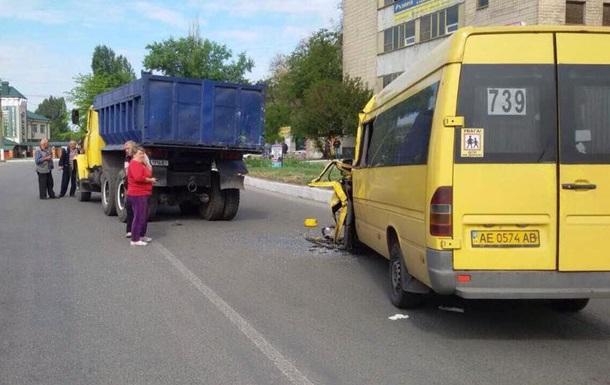 В Новомосковске маршрутка врезалась в КрАЗ: семь пострадавших