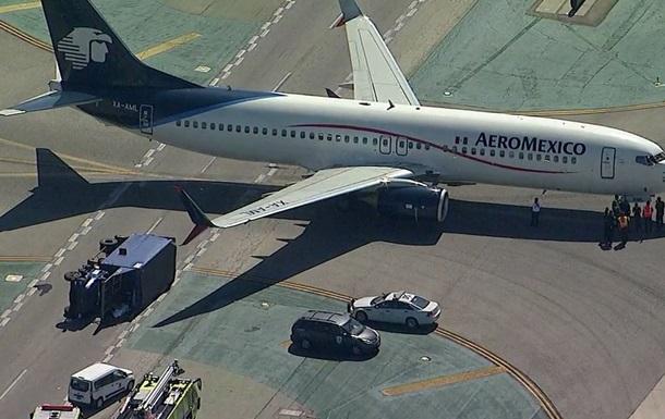 В аеропорту Лос-Анджелеса літак зіткнувся з вантажівкою