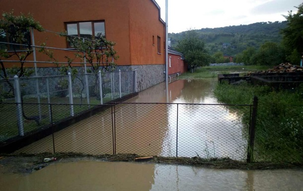 На Закарпатті сильна злива затопила 100 присадибних ділянок