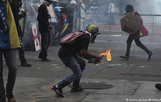 У Венесуелі сотні тисяч демонстрантів знову вийшли на вулиці
