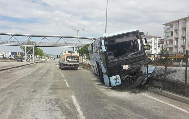 В Турции разбился автобус с политиками: 32 раненых