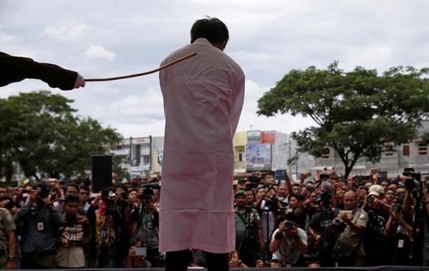 В Індонезії публічно побили кийками двох геїв
