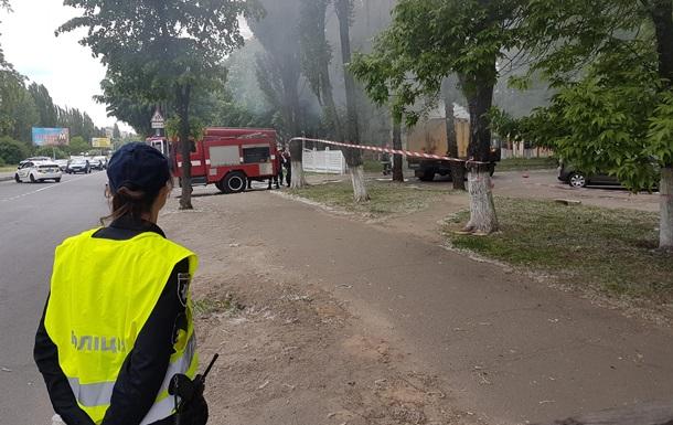 У Києві горить вантажівка з газовими балонами
