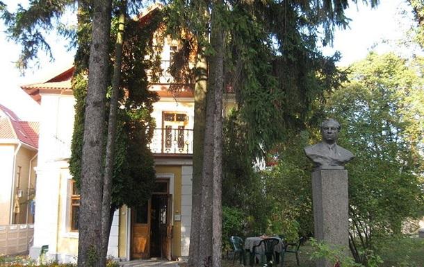 Голосіївським парком до музею Рильского
