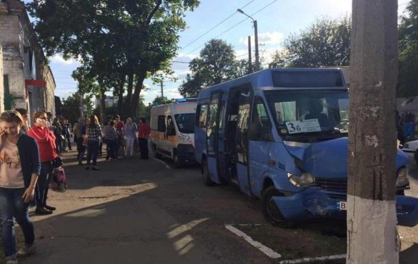 У Кременчуці маршрутка врізалася в стовп: семеро постраждалих