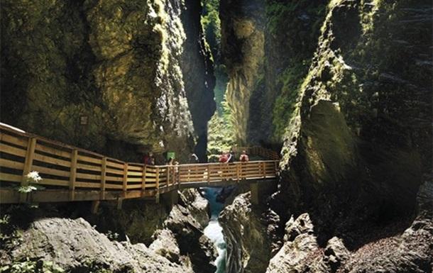Зсув гірської породи в Альпах заблокував 17 осіб