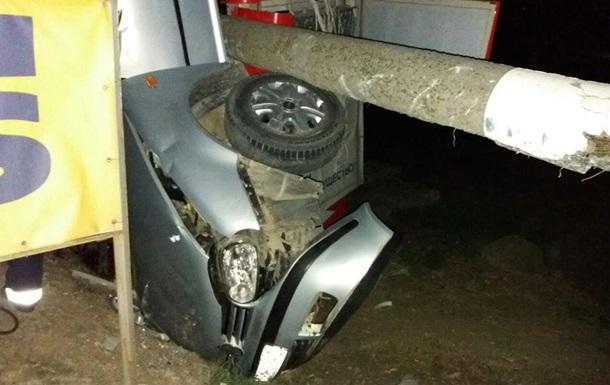 Під Миколаєвом стовп упав на авто: дві жертви