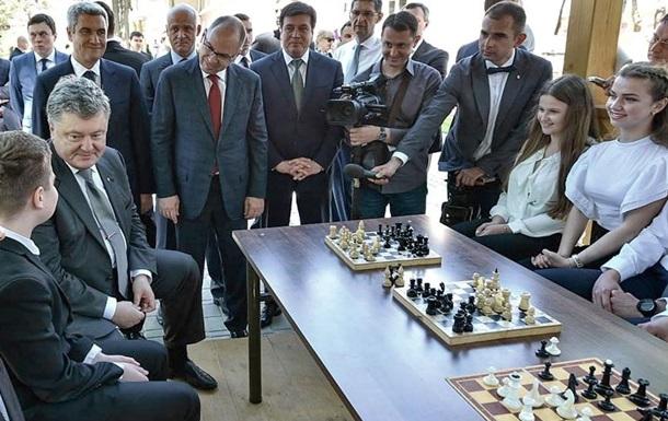 В Киеве Президента посадили явно не к тому мальчику