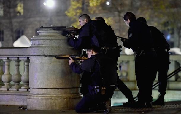У Парижі поліція відкрила вогонь по чоловікові-атакувальнику