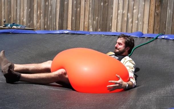 Блогер випробував силу ваги мегакулі з водою