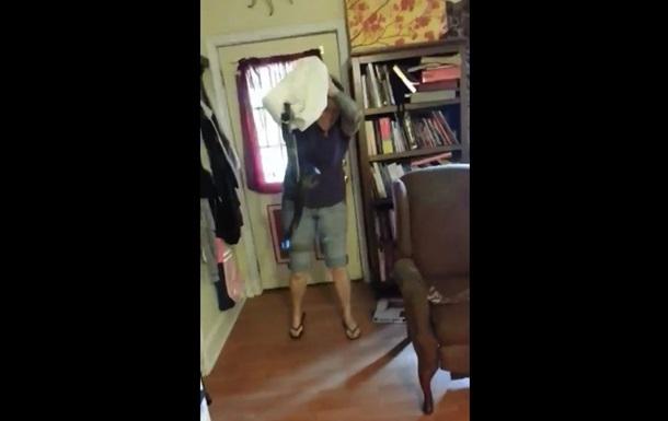 Жінка  вступила у бій  зі змією, що заповзла в будинок