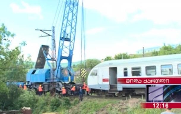 В Грузии пассажирский поезд сошел с рельсов