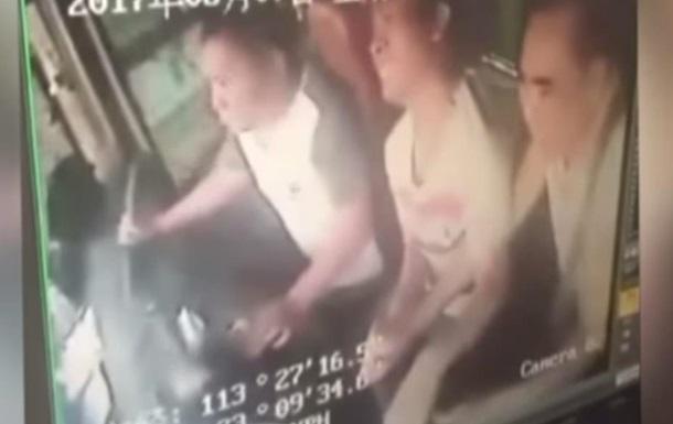 Китаєць, посварившись із дружиною, перекинув автобус