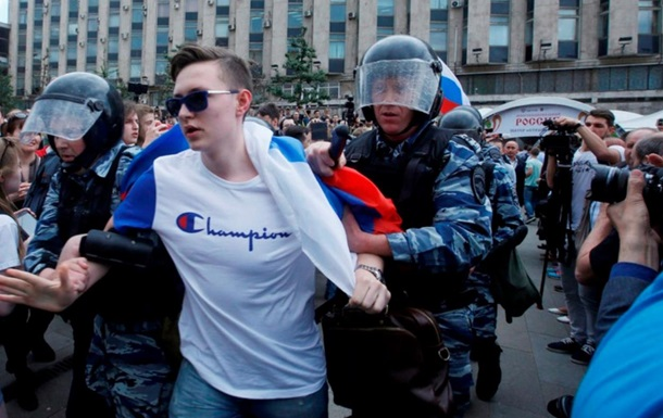 Протесты в России: Путин не знает, что делать с Навальным