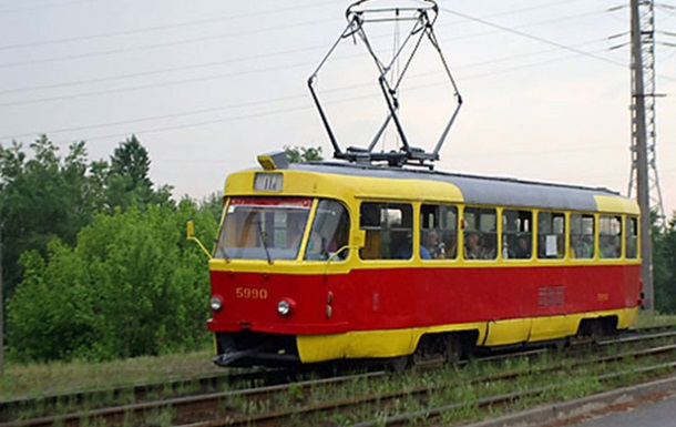 У запорізькому трамваї чоловік впав на вила і помер
