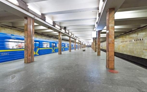 В метро Киева запустили поезда после падения человека