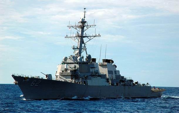 Американський есмінець зіткнувся з торговим судном