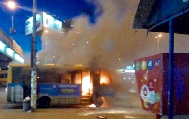 У Києві біля станції метро загорілася маршрутка