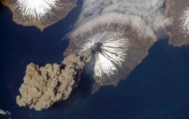 Вулкан на Камчатці викинув 15-кілометровий стовп попелу