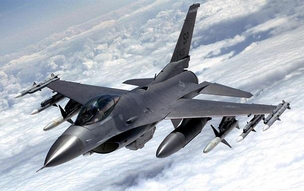 У США на аеродромі розбився винищувач F-16
