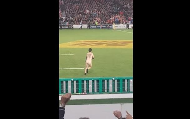 Голий фанат вибіг на регбійне поле в Окленді