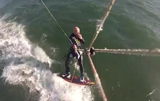 На відео показали зіткнення серфінгіста з китом