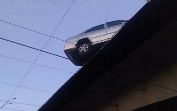В Киеве легковушка зависла на краю моста