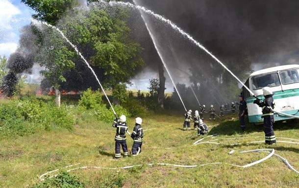 Под Киевом горит склад древесины