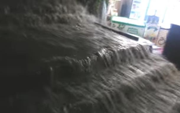 Ливень в Одессе: затоплены переходы и лестницы