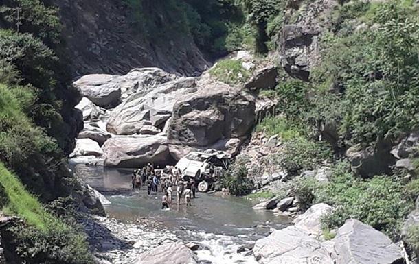 В Индии автобус с паломниками попал в ДТП: 16 жертв
