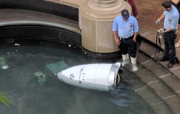 В США робот-полицейский  утопился  в фонтане