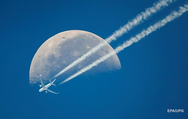 Планетологи обнаружили воду на Луне