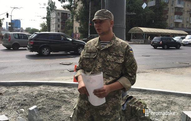 Боец АТО приковал себя к столбу возле Министерства обороны