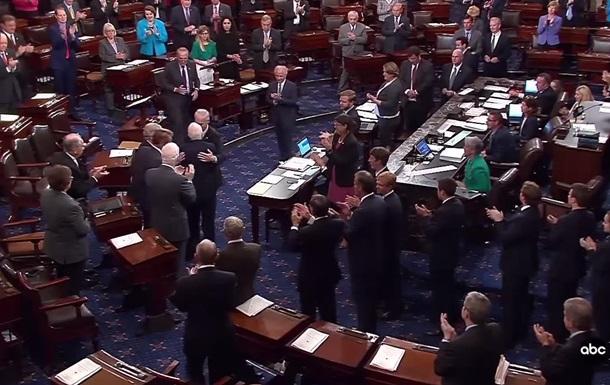 Маккейна в сенате встретили аплодисментами