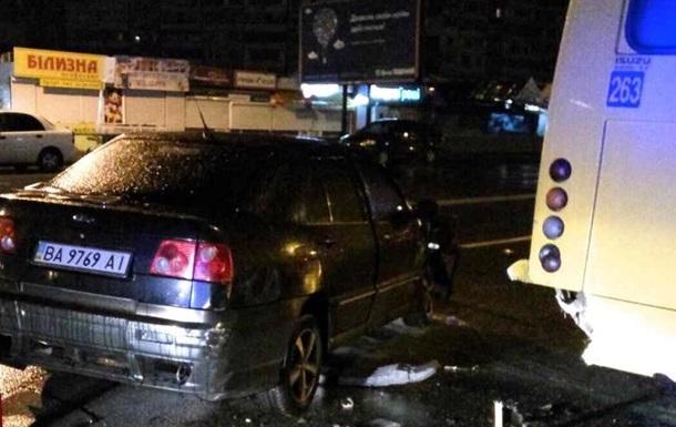 У Києві Cherry врізалося в маршрутку, є постраждалі