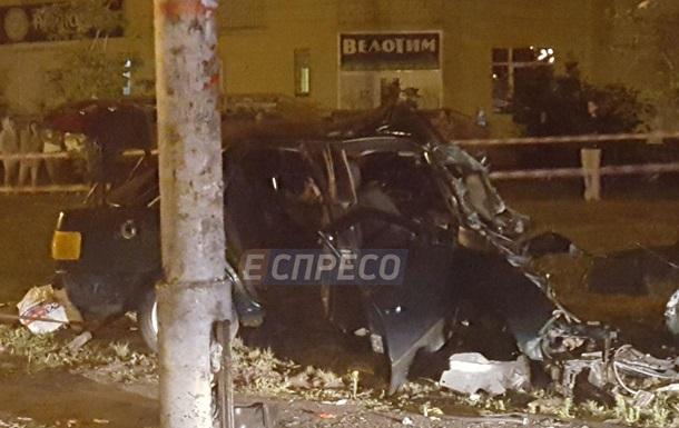 В Киеве авто врезалось в столб: двое погибших