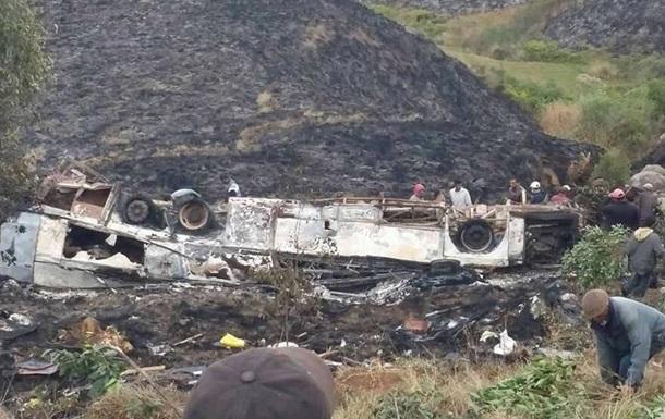 На Мадагаскарі автобус звалився в яр: 34 жертви