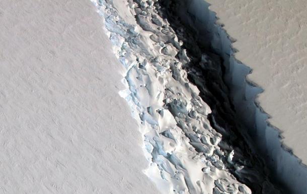 Новоутворений гігантський айсберг показали на відео