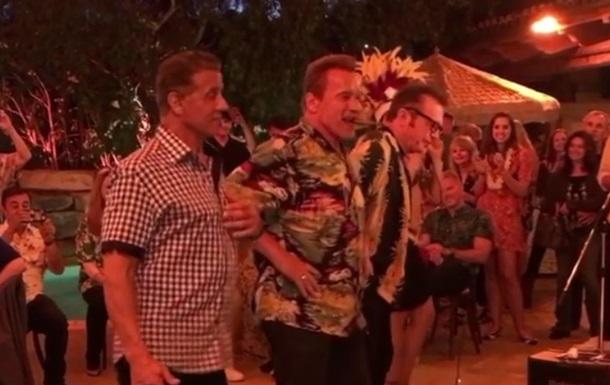 Шварценеггер и Сталлоне исполнили гавайский танец