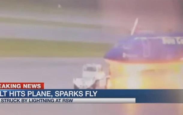 Удар молнии в сотрудника аэропорта попал на видео